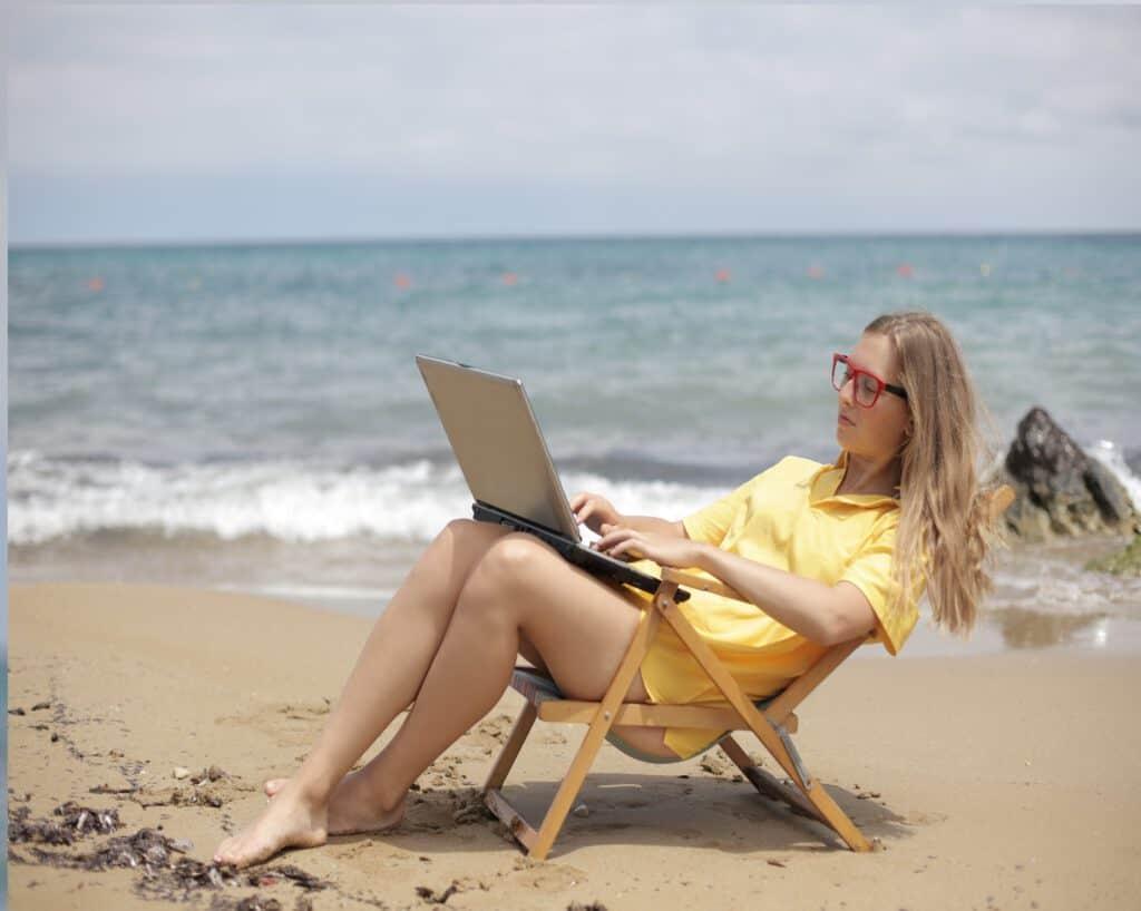 Lekker werken aan het strand. Je passief inkomen komt vanzelf en vraagt weinig werk.