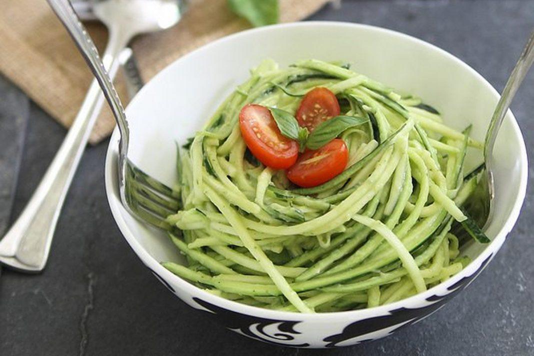 Spaghetti de courgette avec sauce à l'avocat