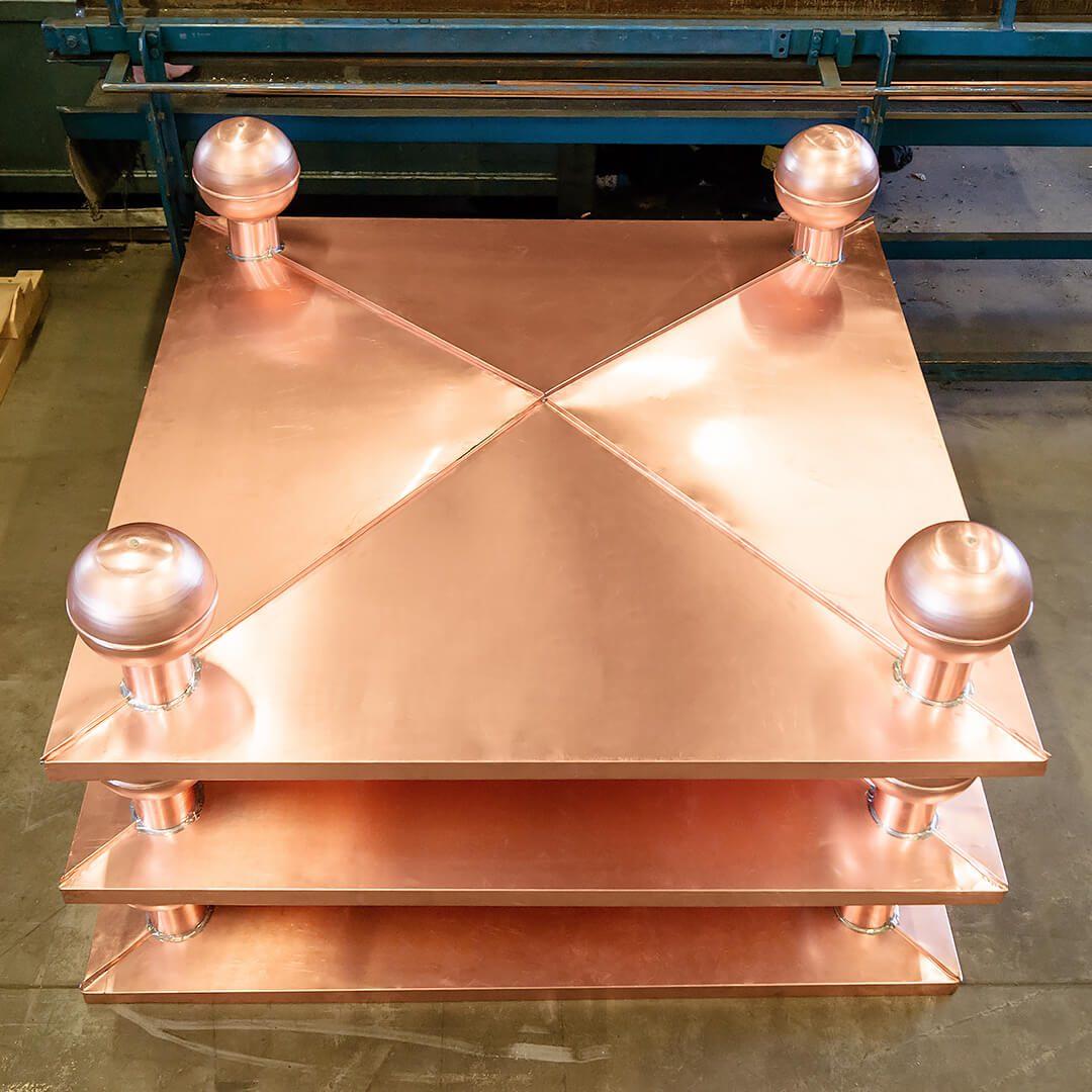 Ozdobny daszek zdobiony w kształcie koperty wykony z miedzi