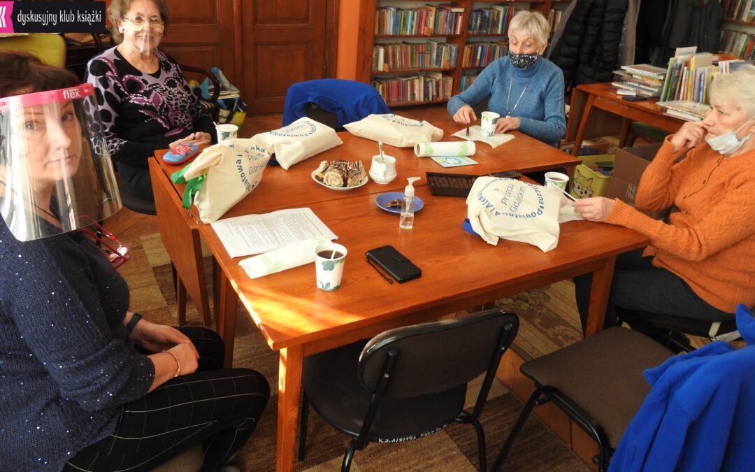 Moderatorka oraz członkinie podczas spotkania klubu książki