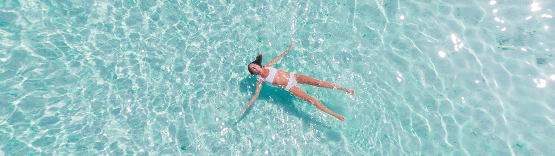 5 beneficios de un baño en la piscina