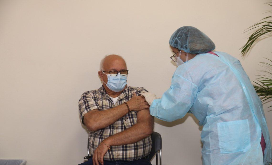 Viejo vacunándose