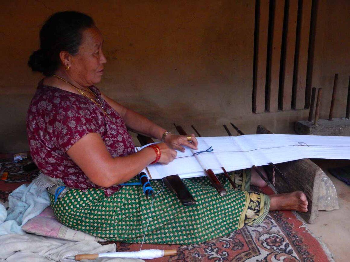 Donna dell'etnia Gurung che tesse con il telaio tradizionale, Dhampus, Nepal