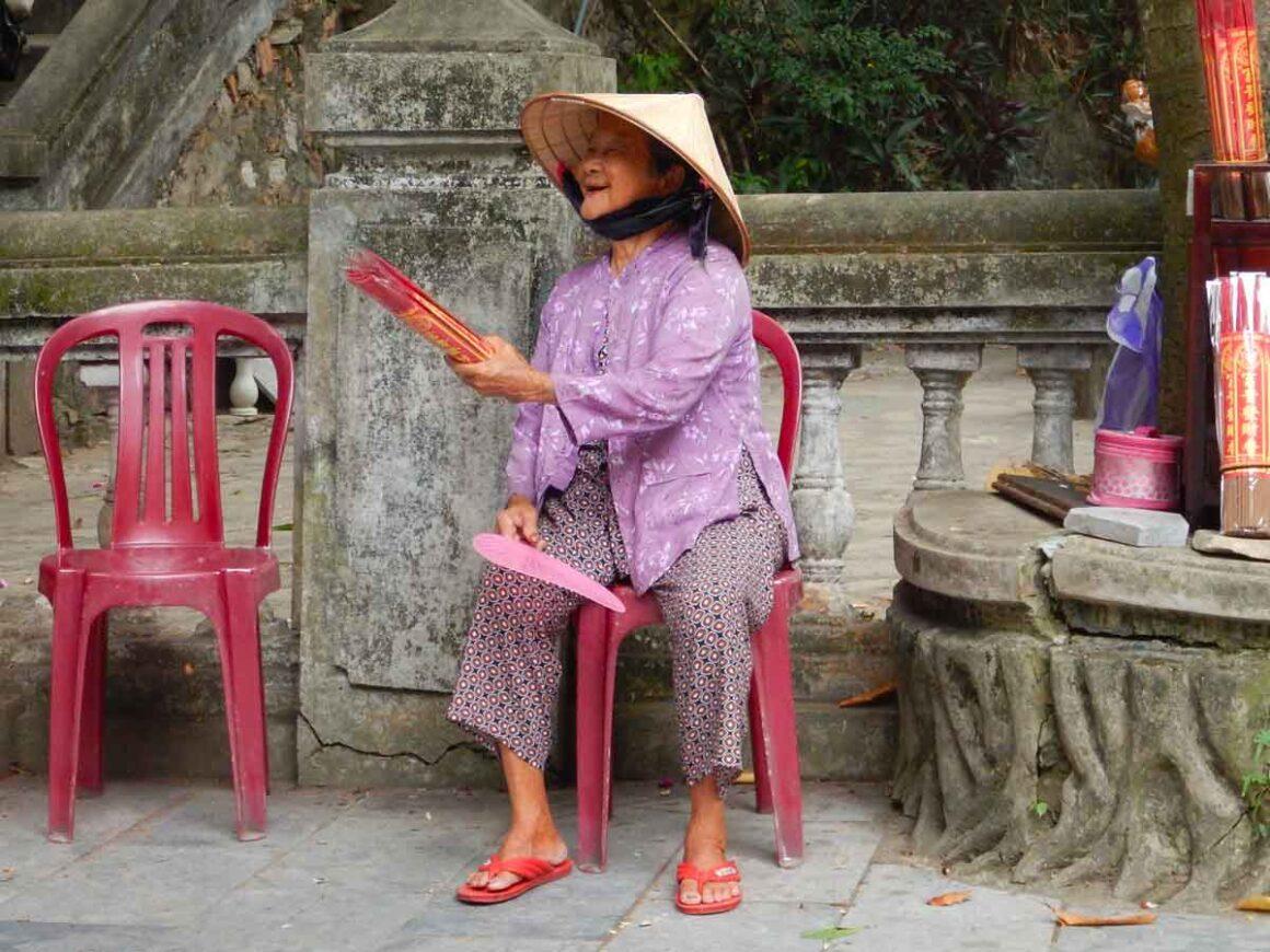 Anziana signora che vende incenso, Vietnam