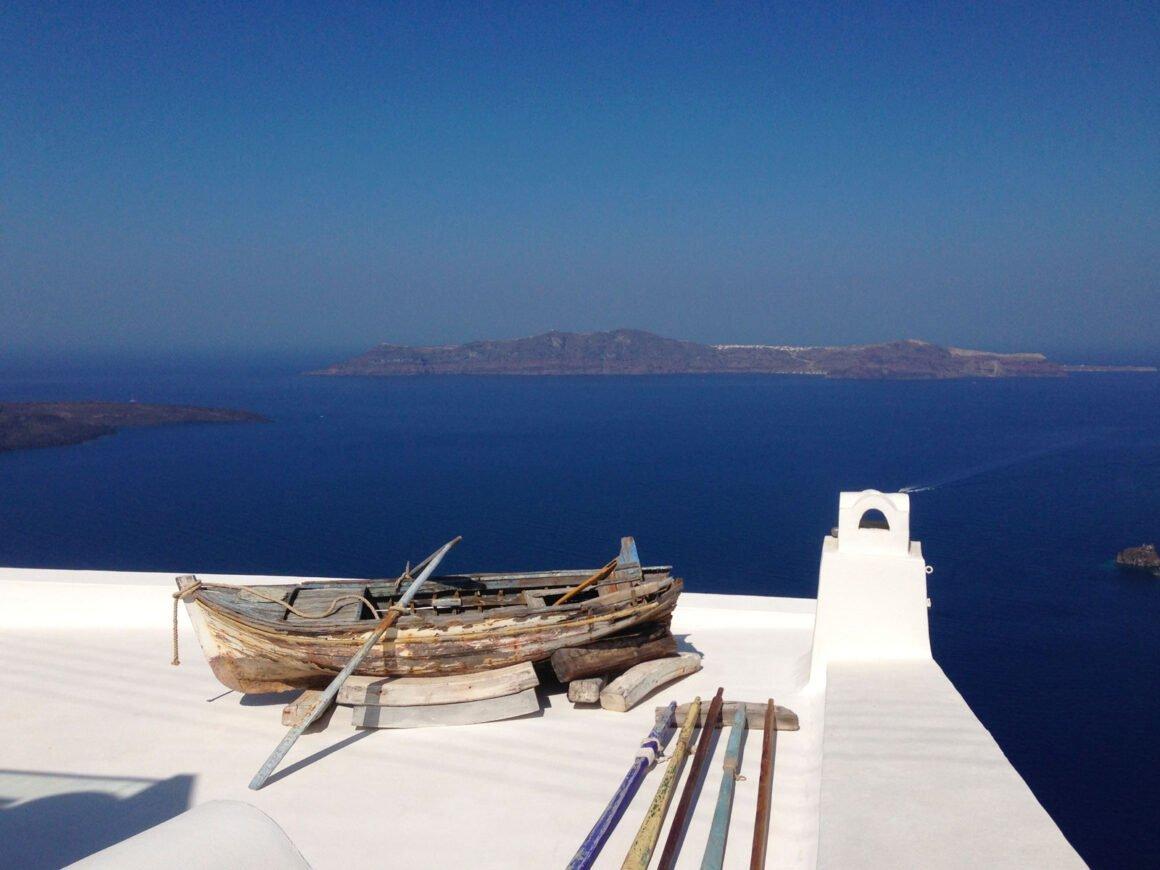 Una settimana a Santorini: barca su terrazzo