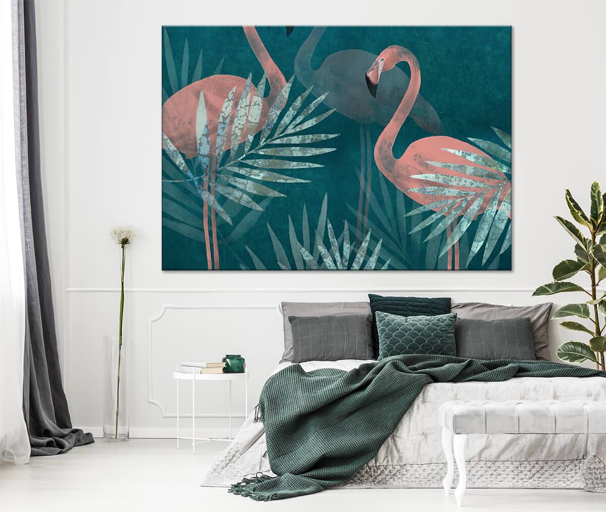 Wnętrze nowoczesnej sypialni z dodatkami w kolorze turkusu i zieleni na ścianie obraz w palmy i flamingi