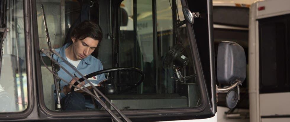 Adam Driver dans le bus dans Paterson de Jim Jarmusch