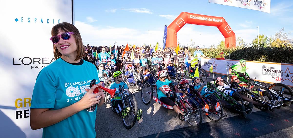 Irene Villa, madrina de la carrera, da la salida de los recorridos de 10 y 5 kilómetros.