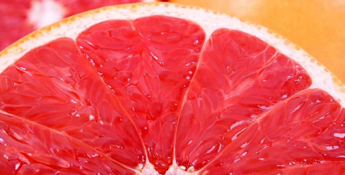 Ähnlich wie die Faszien bei unseren Muskeln trennt die weiße Haut das Fruchtfleisch voneinander ab.