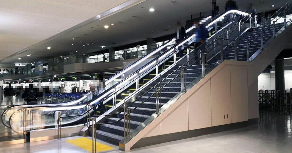 成田空港バゲージクレームの階段