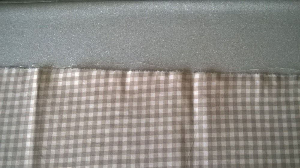 Man kann deutlich erkennen, dass der Stoff schon verzogen war als das Muster aufgedruckt wurde.