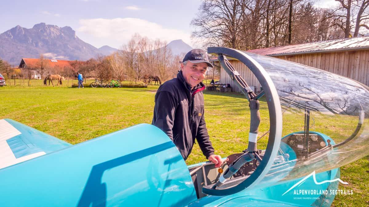 Johann Gmehling am Segelflugzeug