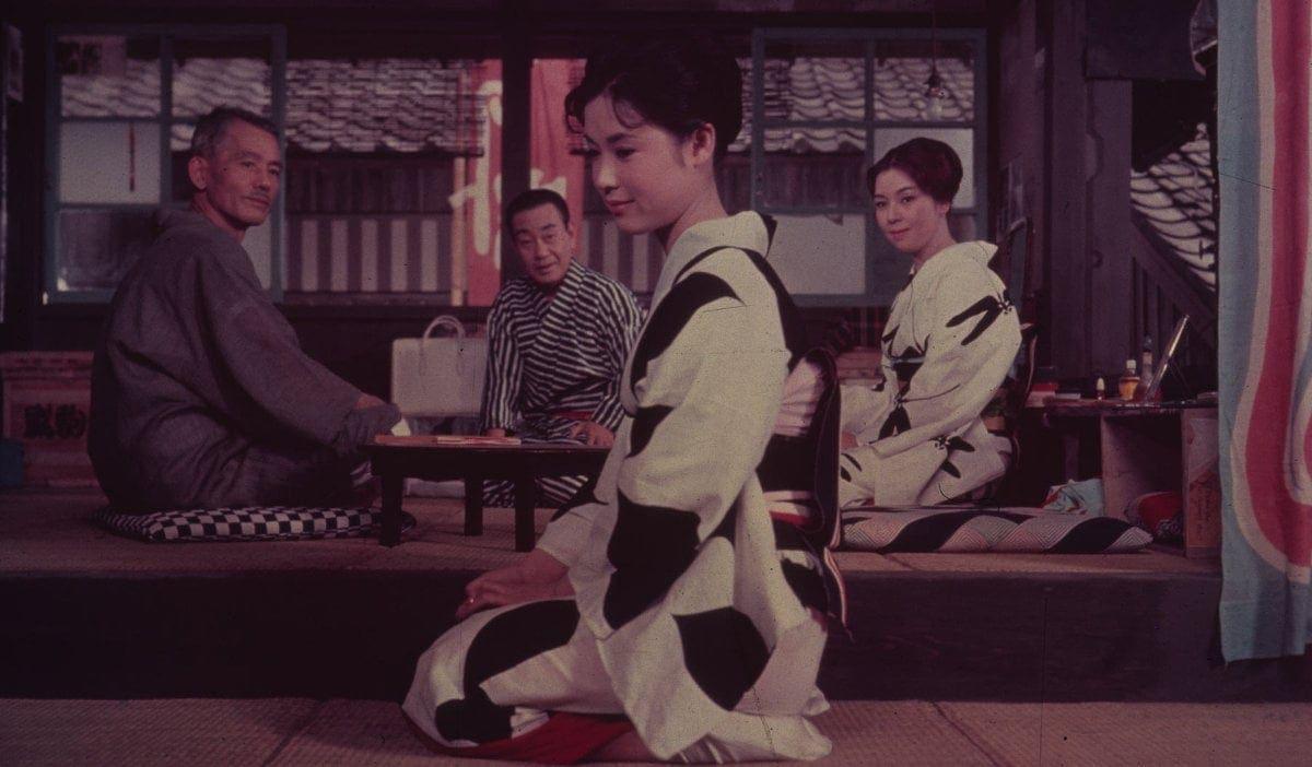 Une scène d'intérieur dans Herbes flottantes d'Ozu