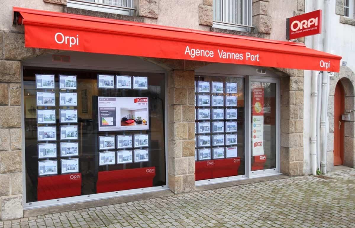 devanture d'agence immobilière avec écrans d'affichage dynamique