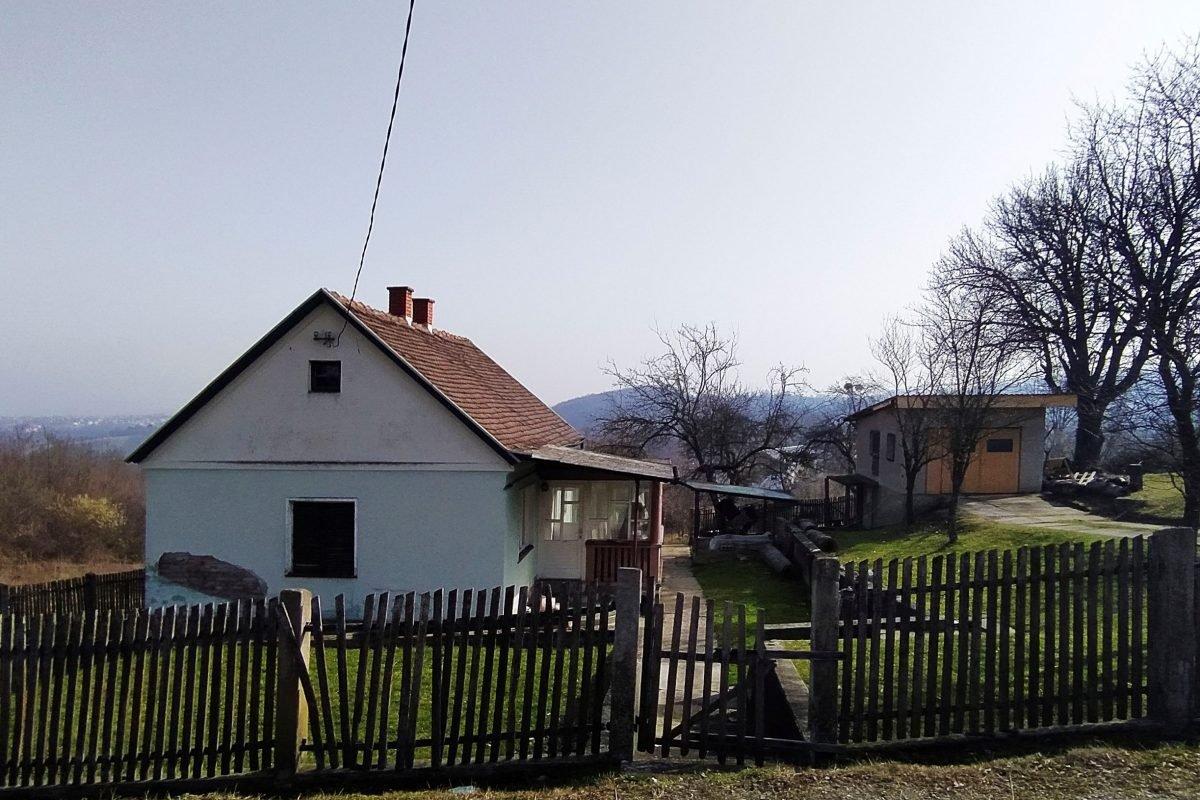 дом с большим участком на окраине Лозницы