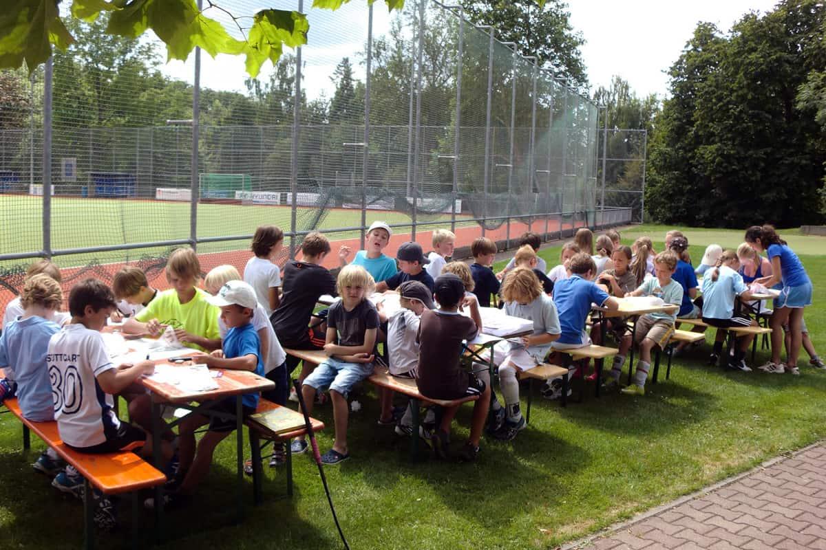 Beim Sommercamp des Sportvereins HTC Stuttgarter Kicker haben haben Patrick und Alex von mit den Kindern Stuttgart Dynamit auf die schwarze Folie gesprüht.