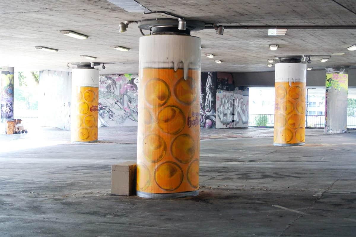 Zum 167. Cannstatter Volksfest beauftragte das Göckelesmaier Festzelt und die Brauerei Stuttgarter Hofbräu die Agentur Graffiti-Stuttgart.de 6 Säulen der König-Karl-Brücke in der Stuttgarter Graffiti Hall of Fame zu Maßkrügen umzugestalten.