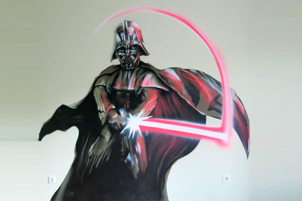 """Um dem renovierten Kinderzimmer von Marvin den letzten Schliff zu verschaffen, wurden wir beauftragt ein """"Darth Vader"""" Graffiti über sein Bett zu sprühen."""