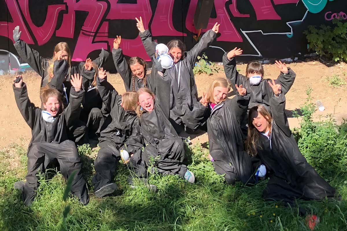 Um den Graffiti Kindergeburtstag von Alona gebührend zu feiern, haben wir von Graffiti Stuttgart mit ihren Gästen ein cooles Graffiti an der Außenwand vom Camp Feuerbach gemalt. Am Tag der Malaktion grundierte Micha die zu besprühende Fläche mit Wandfarbe, um dann die zuvor verabredeten Motive auf der Betonmauer vor zu skizzieren. Anschließend malte Alona mit ihren Freunden den Graffiti Style mit allen Buchstaben und Elementen farbig aus. Danach sprühte Micha noch die Konturen Outlines und die Lichteffekte.