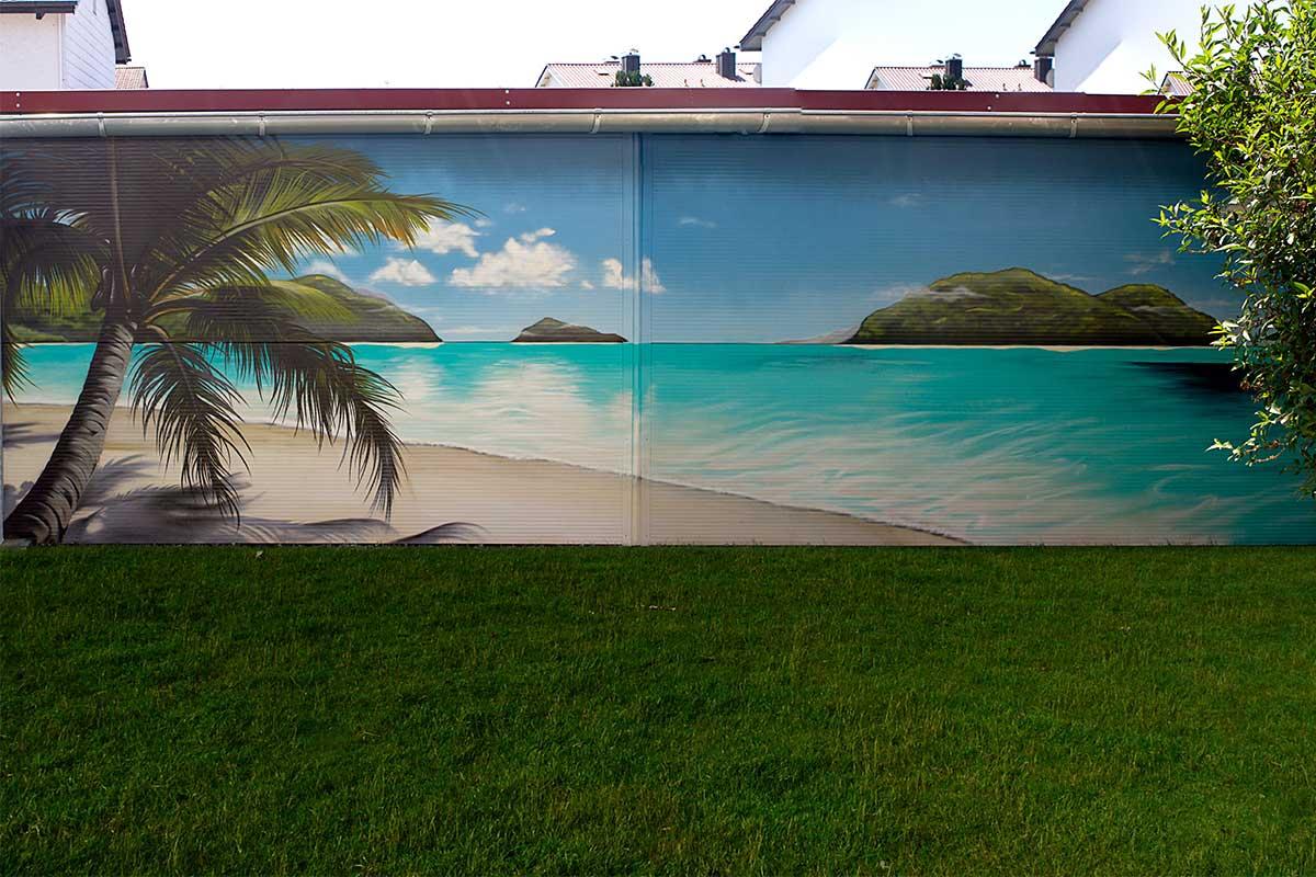 Für unseren Kunden auf Türkheim, gestaltetet Chris die Außenwand Ihres Carports mit einem Urlaub Strandszene aus Sommer, Sonne, Strand und Meer.