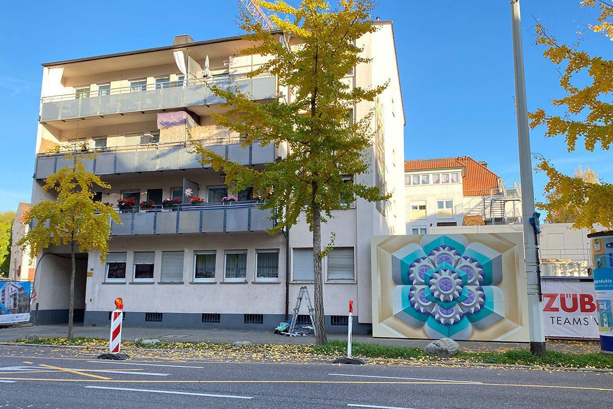 """Für unser Projekt """"Baustelle trifft Kunst"""" dass wir in Zusammenarbeit mit der Ed Züblin AG Stuttgart organisieren, hat Moritz an einer Baustelle in Heilbronn den Bauzaun gestaltet."""