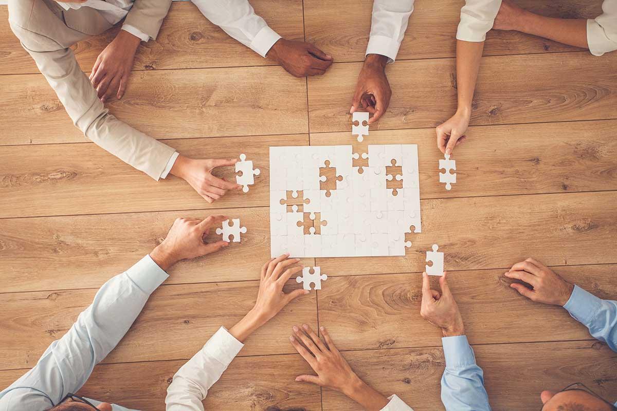 encajando piezas de un puzzle en como podemos ayudarte en mercados internacionales y servicios en el mercado español