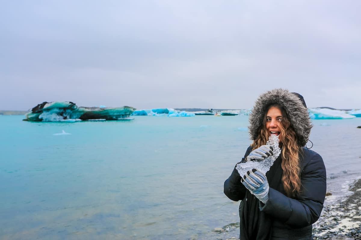 Jökulsárlón Iceberg Lagoon comiendo hielo