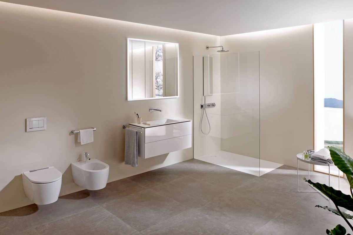 Modernes Badezimmer mit bodengleicher Dusche
