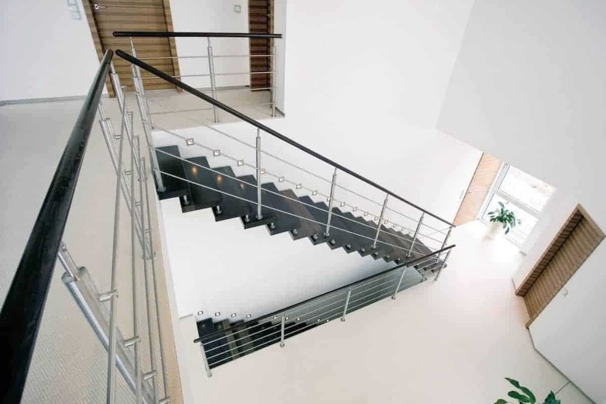 Dunkle Treppe und helle Wände im Flur