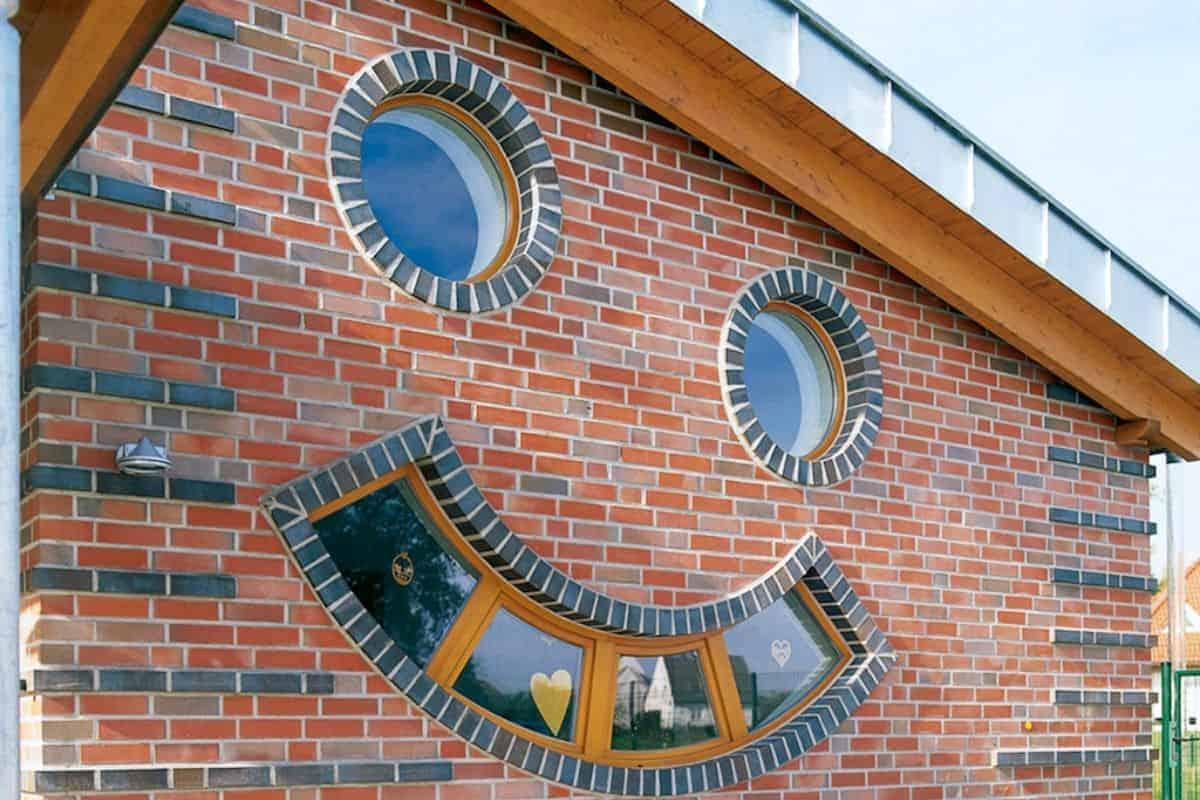 Haus aus Mauerwerk mit Fenstern