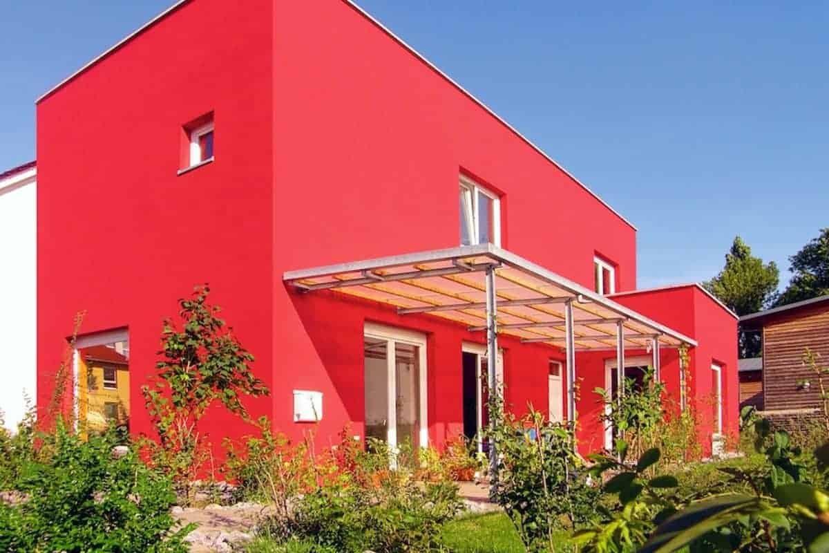 Rotes Zuhause aus massivem Mauerwerk