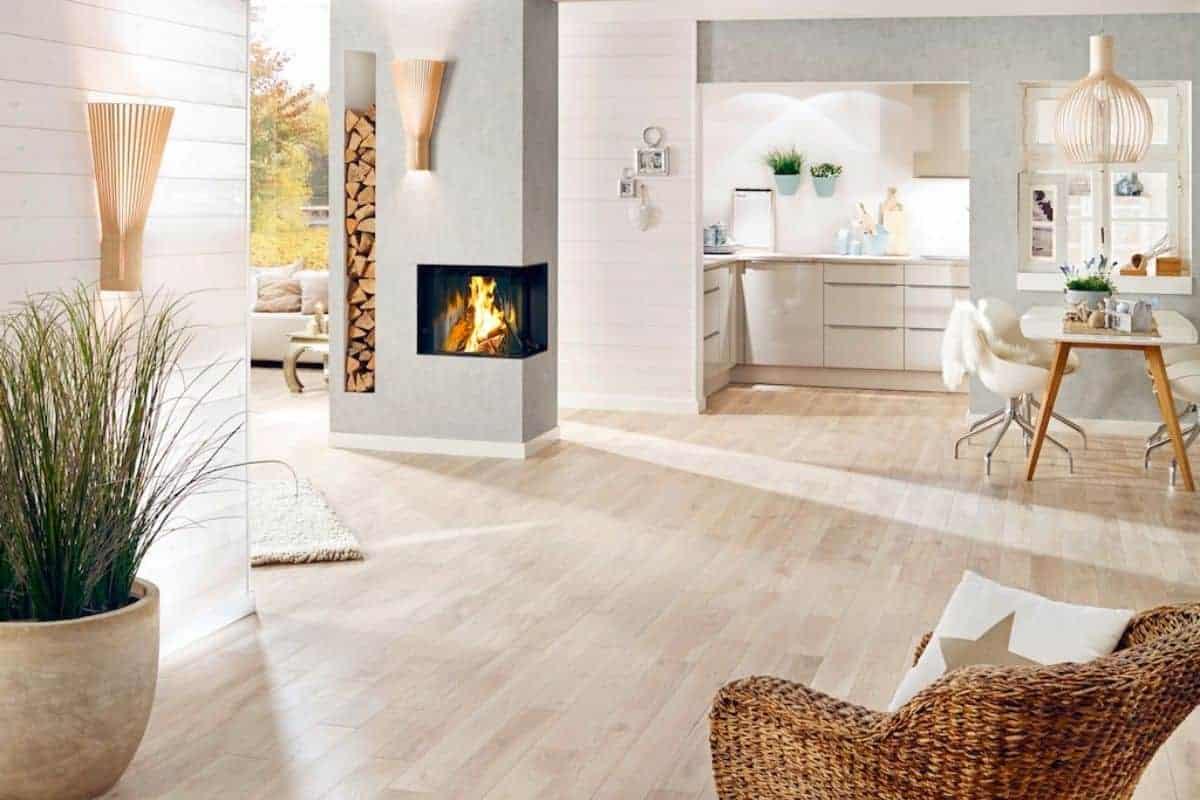 Wohnraum mit Holzprofilen aus Fichte
