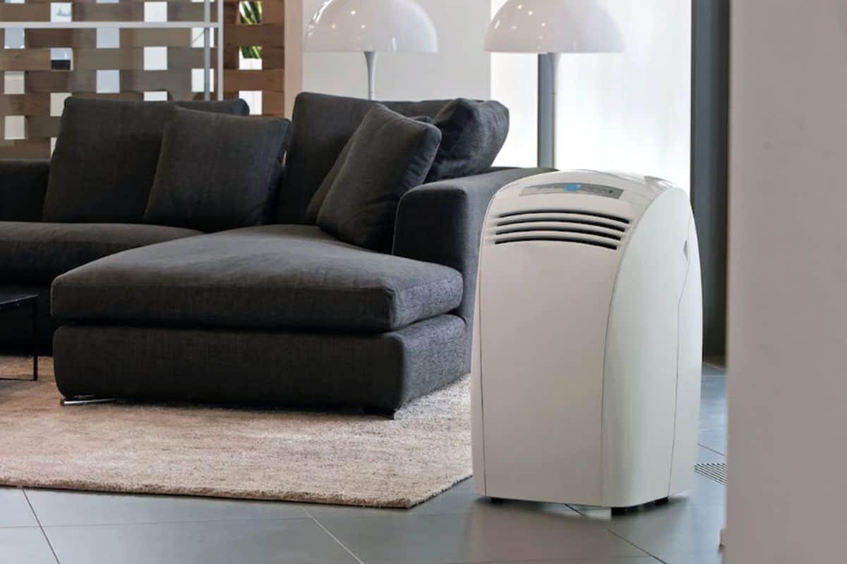 Mobiles Klimagerät im Wohnzimmer