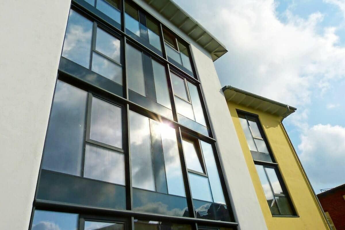 Fassade mit nahtloser Ganzglasoptik