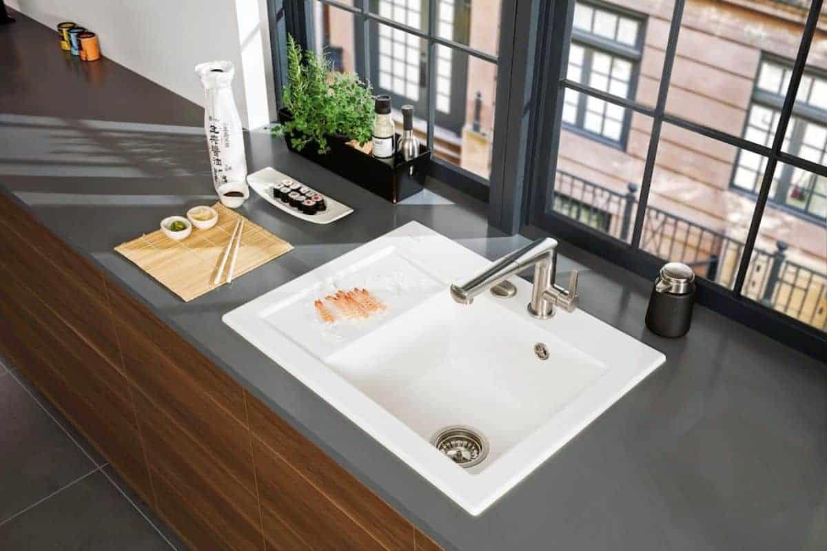 Waschbecken und Arbeitsplatte aus Keramik