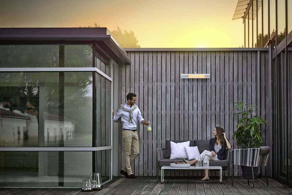 Paar bei Abenddämmerung auf der Terrasse