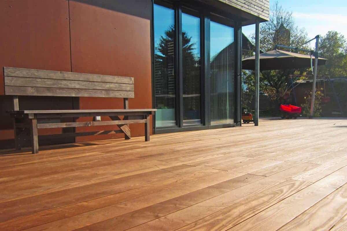Holzbank auf Terrassendielen