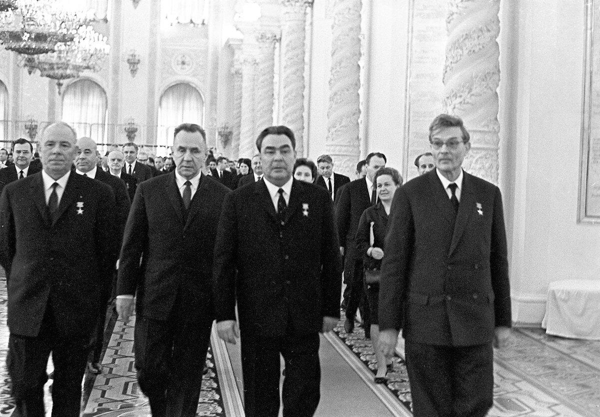 Косыгин (слева) был главным мотором брежневских реформ