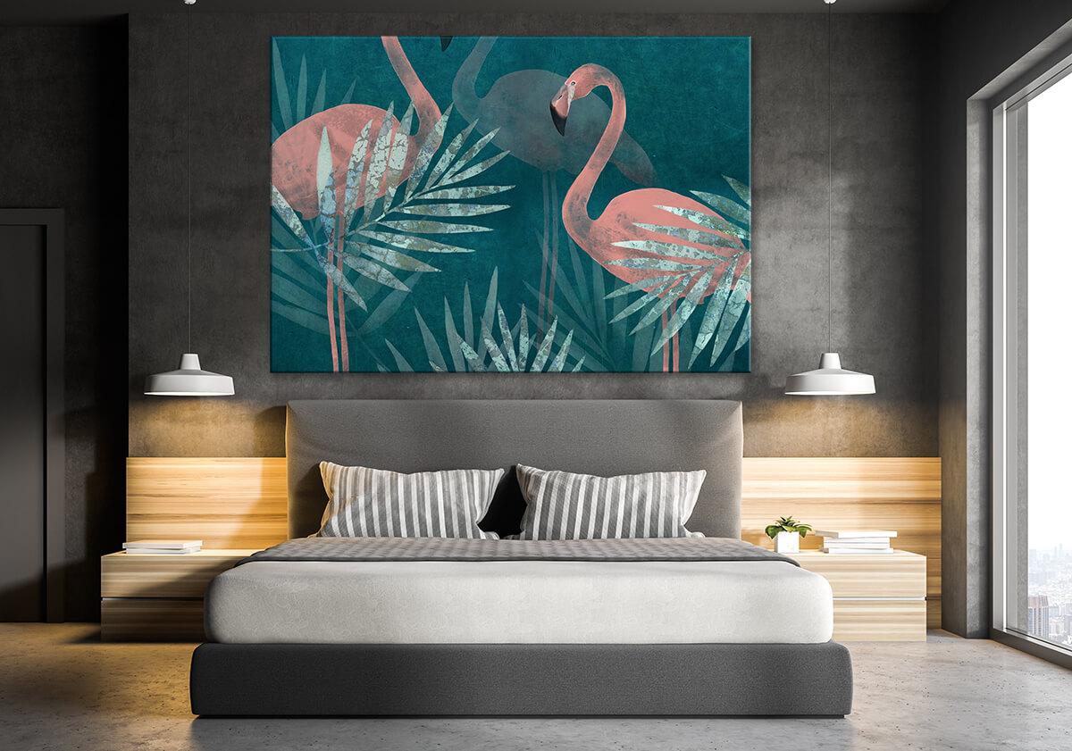 sypialnia w stylu skandynawskim szare ściany obraz z flamingami i palmami