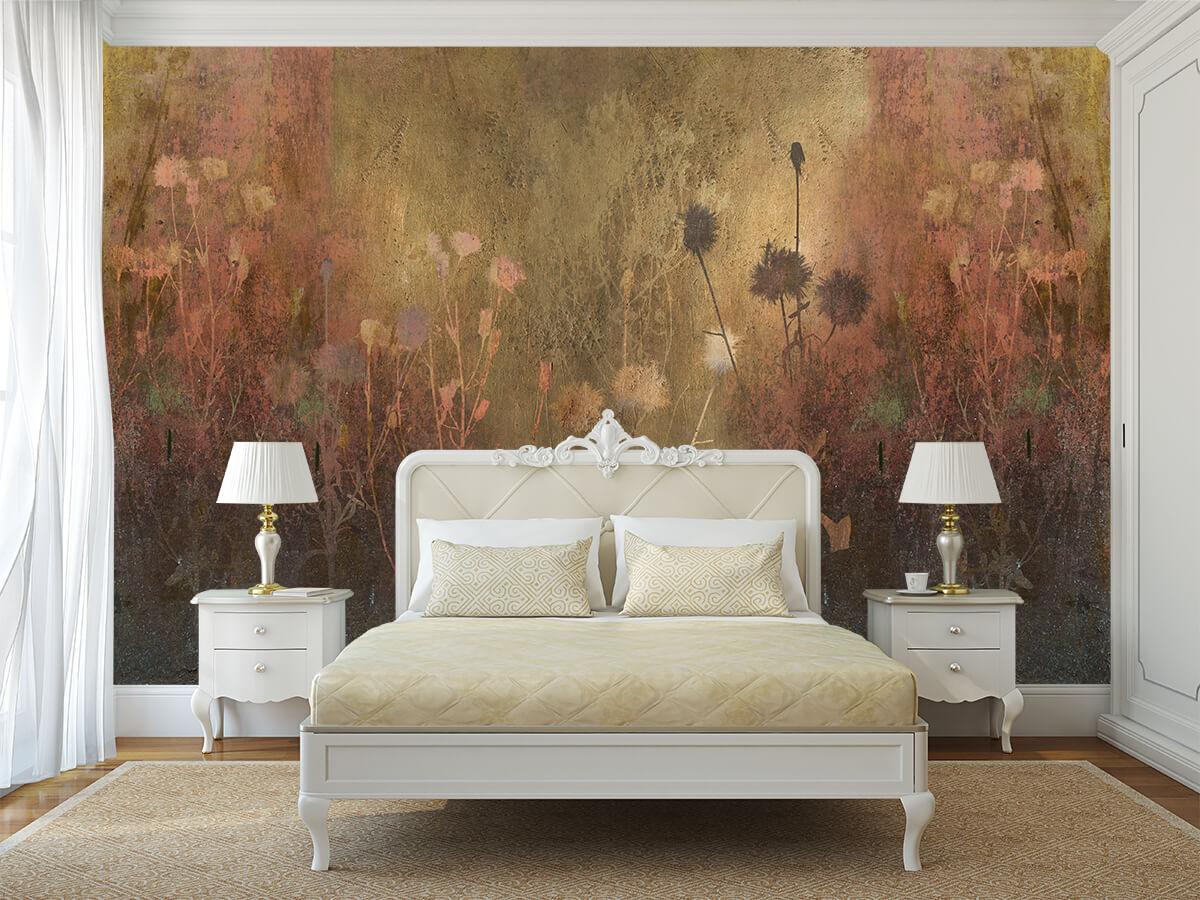 wnętrze białej sypialni w stylu klasycznym z tapetą w kwiaty w kolorze złota