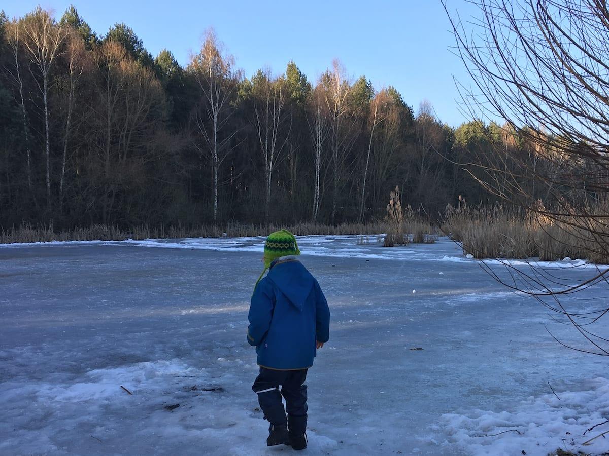 Wandern mit Kindern im Naturschutzgebiet Erpetal - zugefrorenes Überschwemmungsgebiet