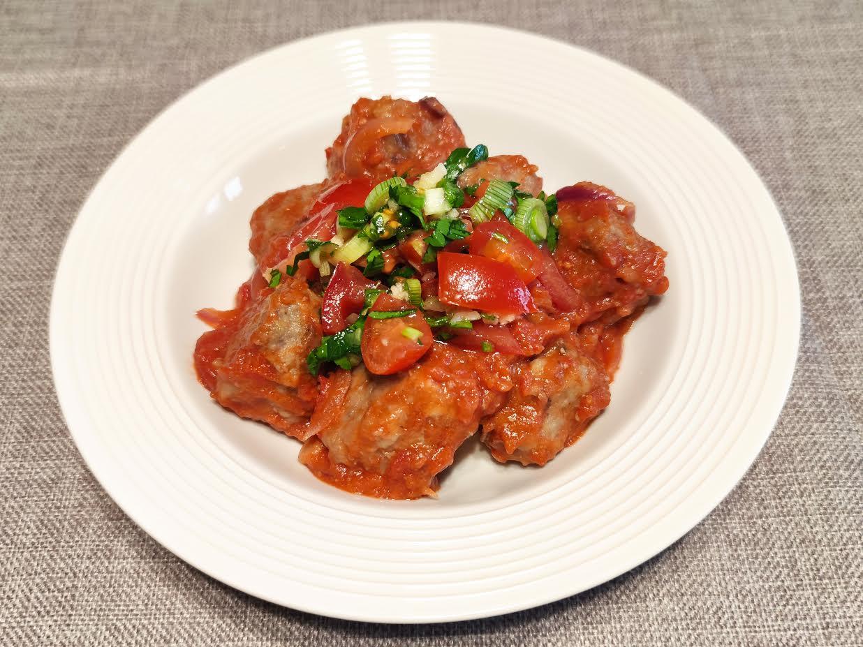 photo de Boulettes en sauce tomate et sauce vierge