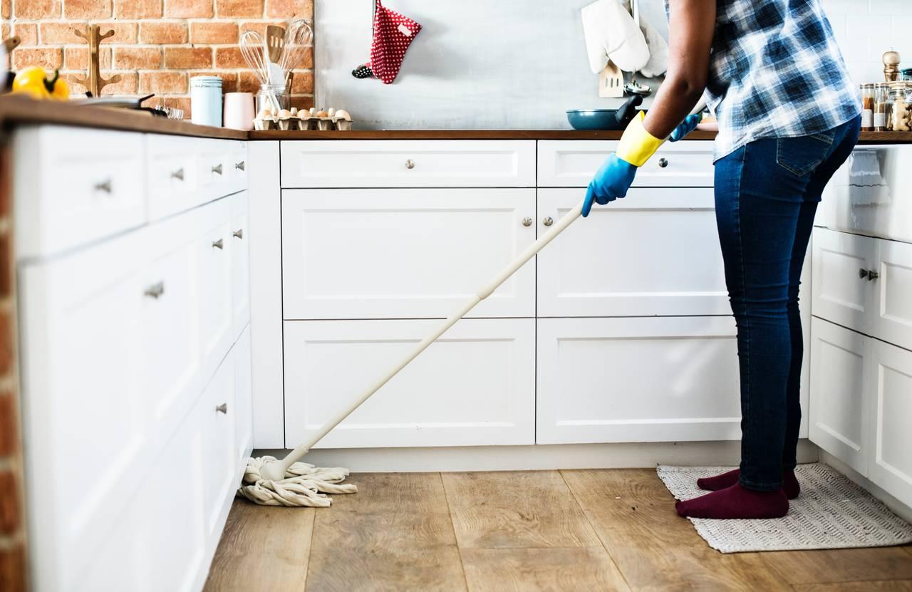 Przygotowując mieszkanie na wakacyjny wyjazd warto posprzątać kuchnię