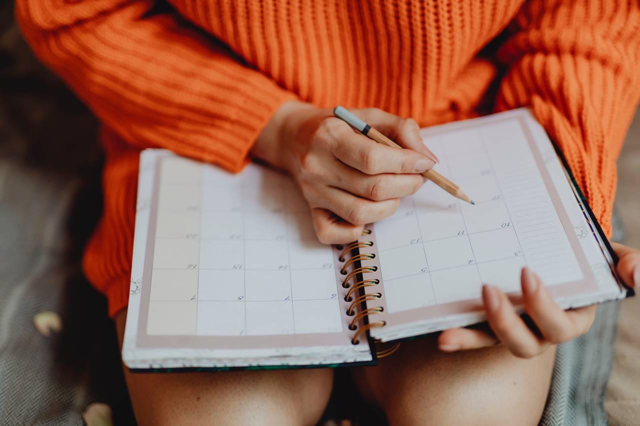 Dziewczyna zaznacza w kalendarzu dzień w którym ma odebrać paszport
