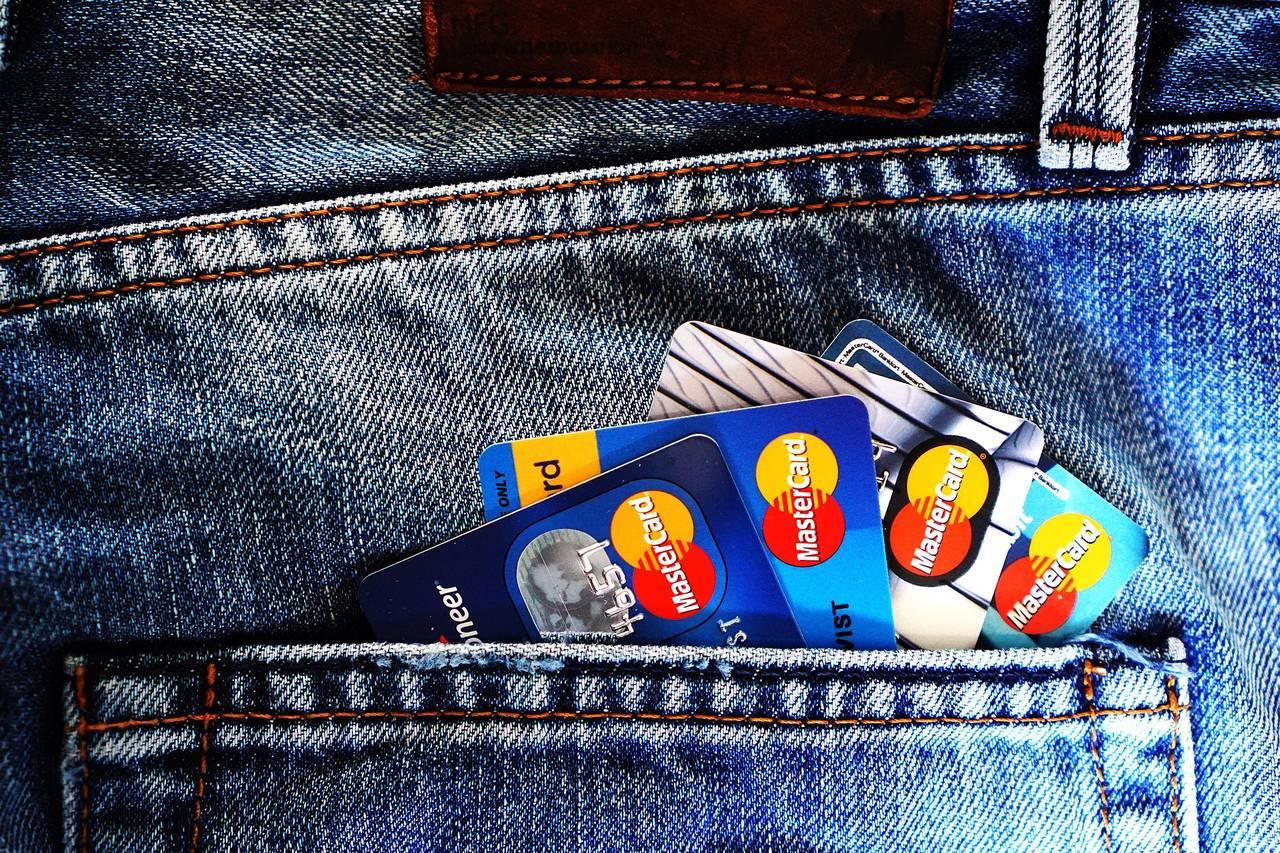 katy kredytowe schowane w tylnej kieszeni spodni
