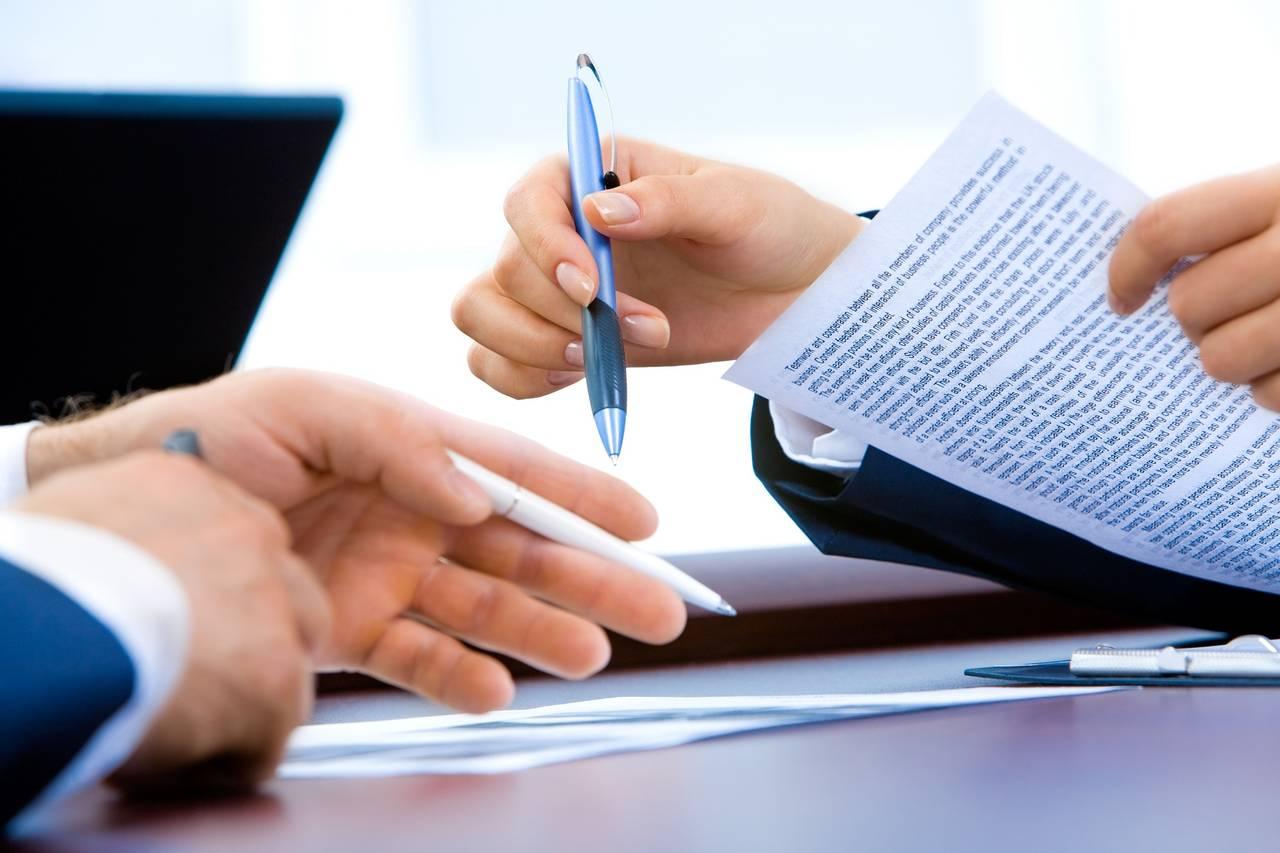 Dwie osoby podpisują dokumenty pozwalające na przetwarzanie naszych danych w celu budowy historii kredytowej