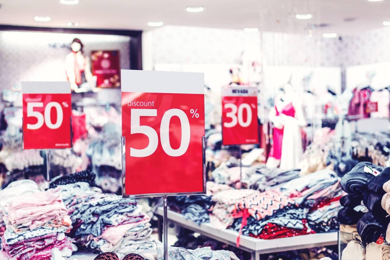 Czerwone obniżki cen w klepie z ubraniami jako podstawowy chwyt marketingowy