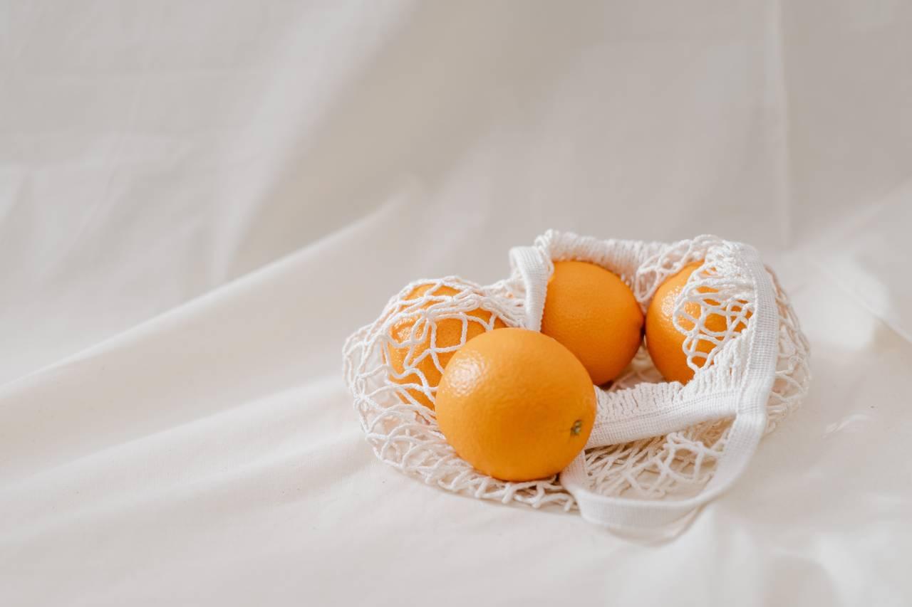 Torba łowcy promocji wyepłniona pomarańczami