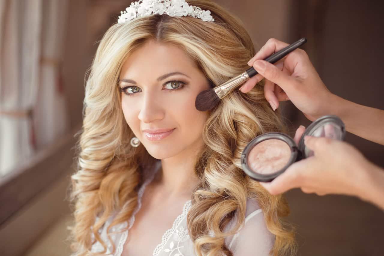 Braut Make up Dresden mit einer blonden Braut beim schminken.