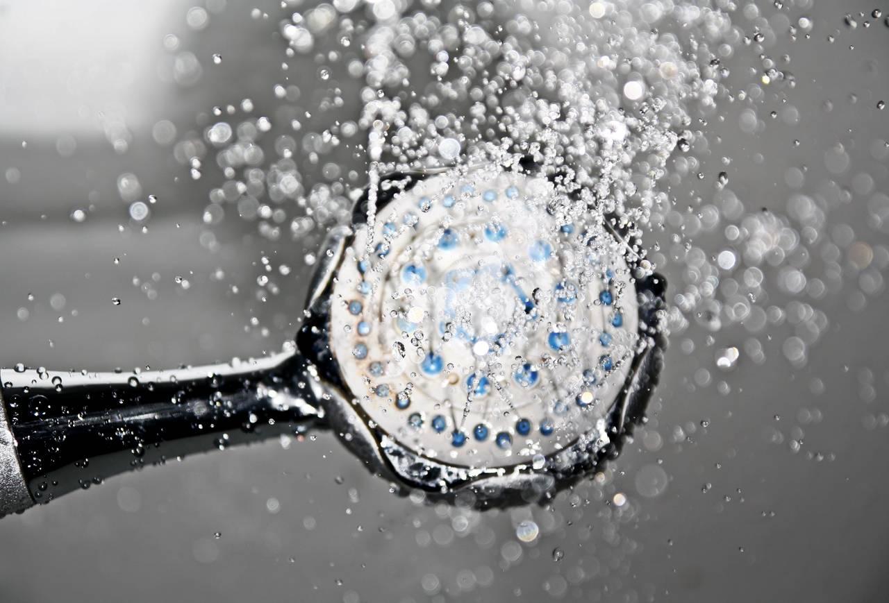 Oszczędzanie wody poprzez zamianę długiej kąpieli na szybki prysznic
